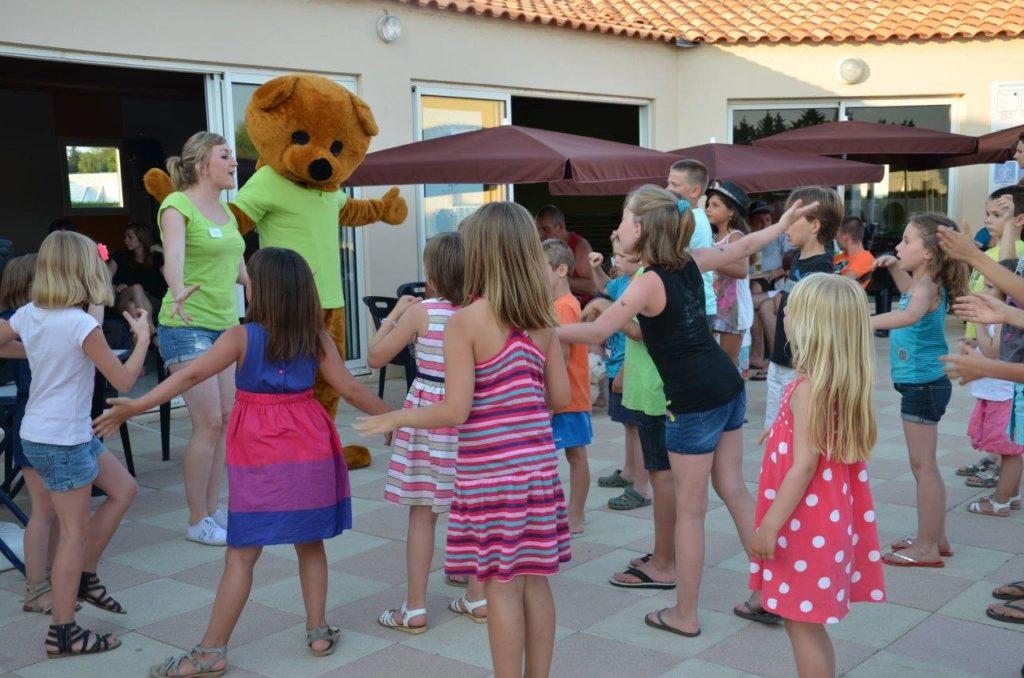 Danse du camping avec les enfants