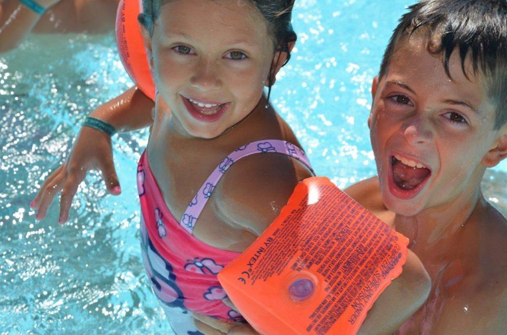 Enfants dans la piscine du camping