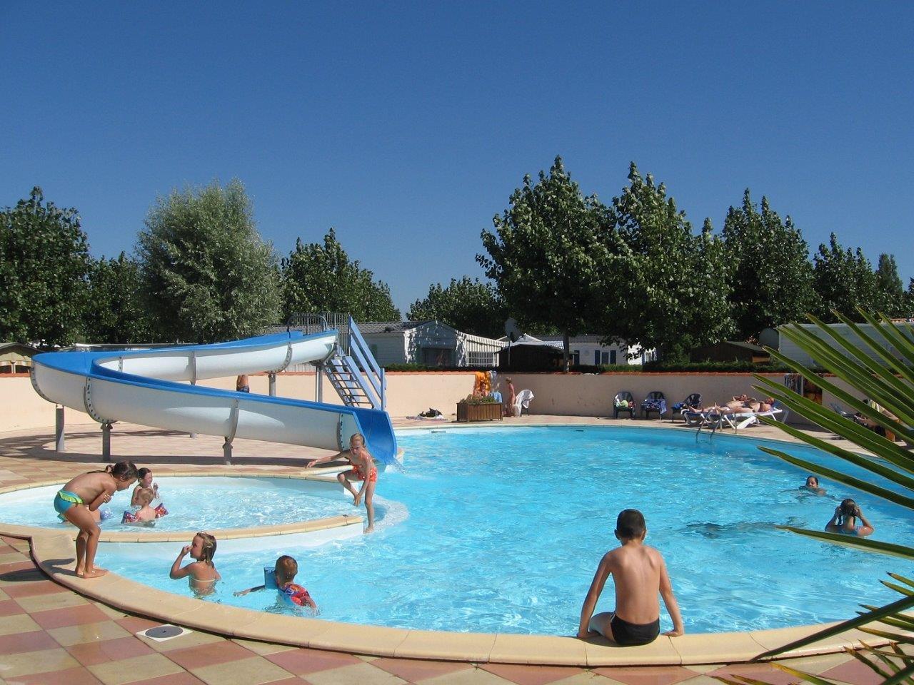 piscine avec toboggan au camping les aliz s saint