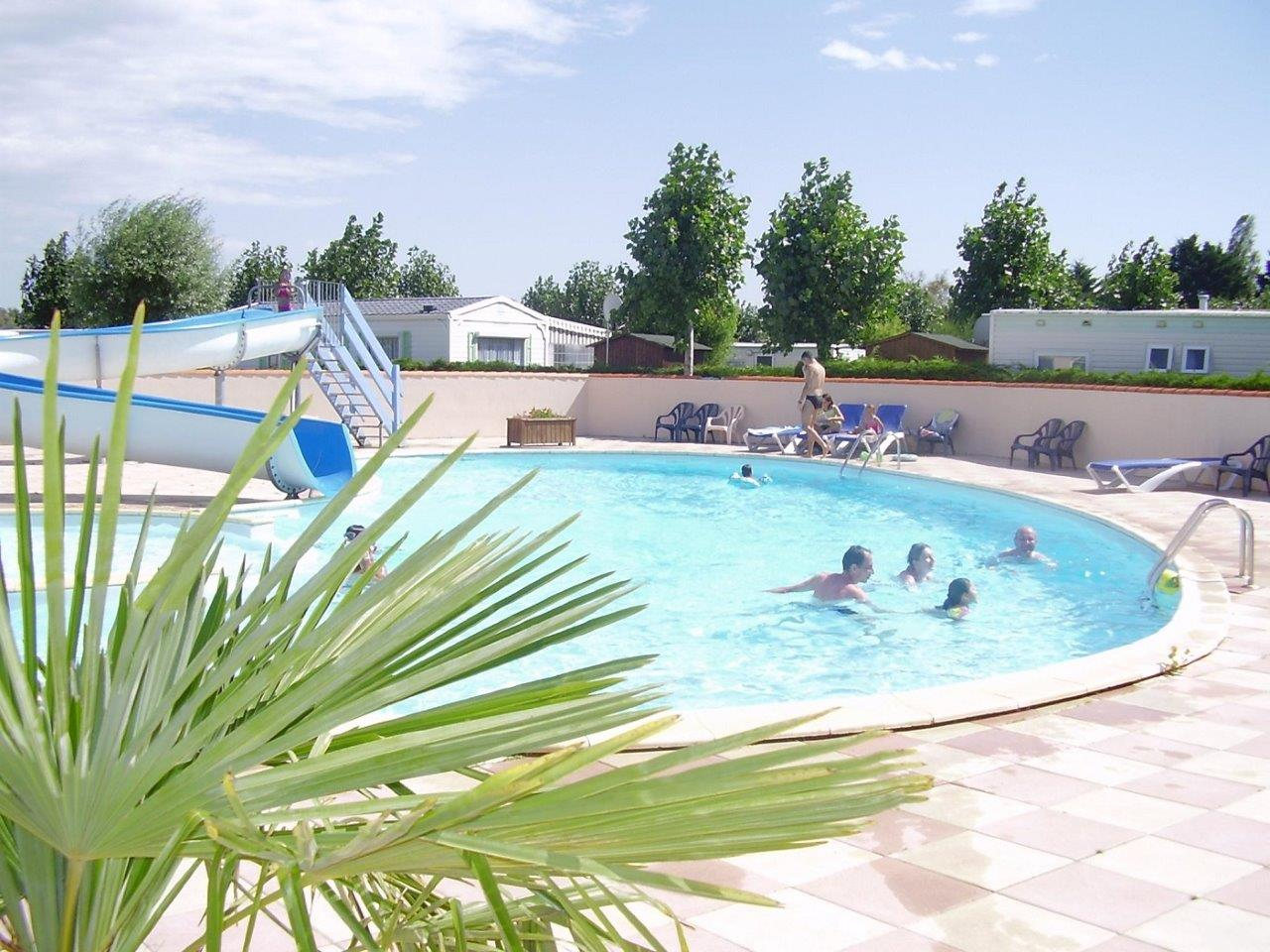 piscine avec toboggan au camping les aliz s saint hilaire de riez. Black Bedroom Furniture Sets. Home Design Ideas