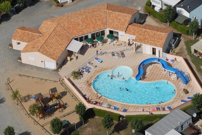 vue de la piscine du camping à Saint Hilaire de Riez