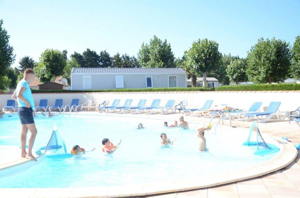 Cours dans la piscine du camping